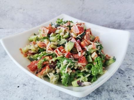 Салат с крабовыми палочками и овощами для быстрого ужина