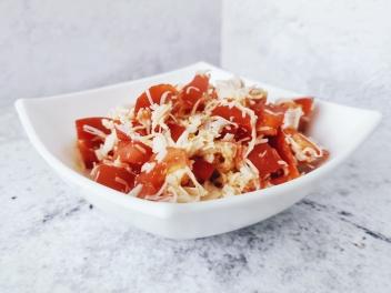 Нежный салат на ужин с крабовыми палочками и сыром