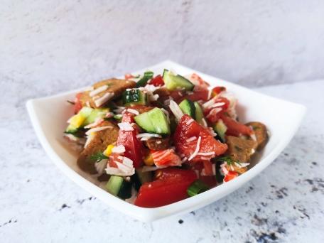 Овощной салат с крабовыми палочками, сухариками и майонезом