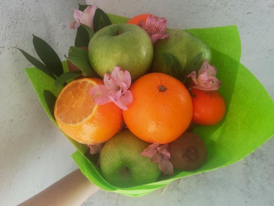 букет съедобный с апельсинами и яблоками мандарины киви виноград клубника