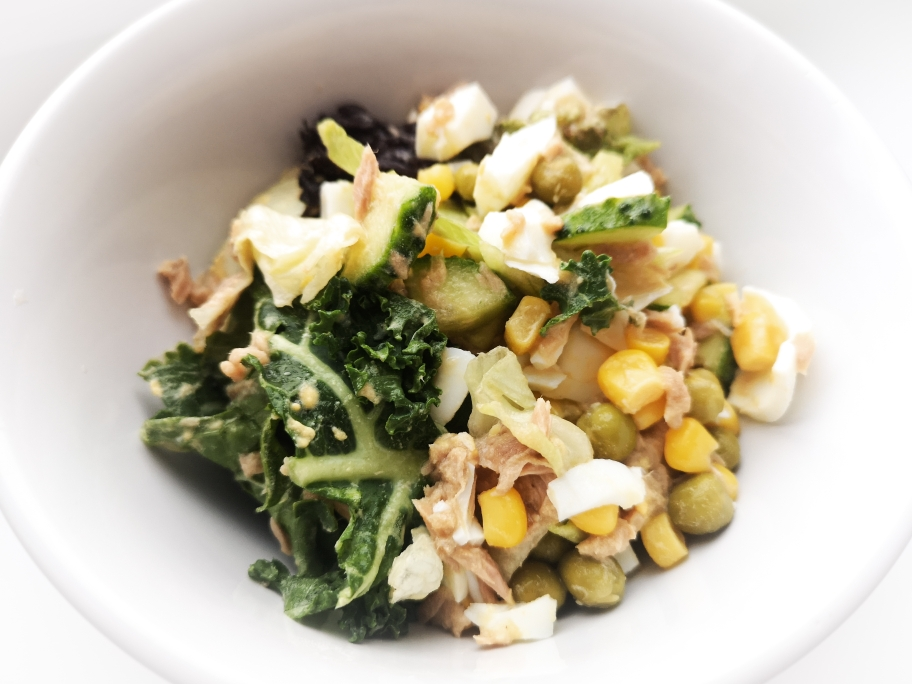 салат с тунцом и овощами с вкусным соусом
