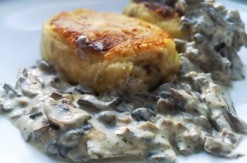 Картофельные зразы с фаршем и грибной подливой на сковороде