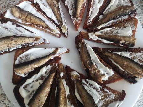 Бутерброды со шпротами и солеными огурцами на чесночной гренке