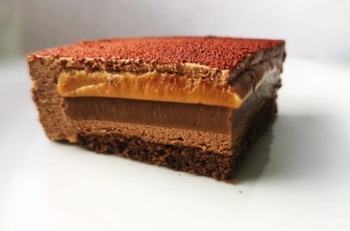 шоколадный торт с орехом и карамелью