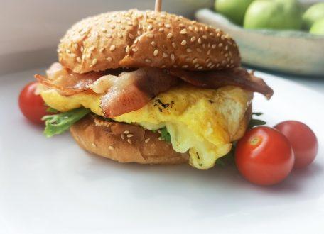 Бургер с беконом, яйцом и сыром Чеддер в домашних условиях