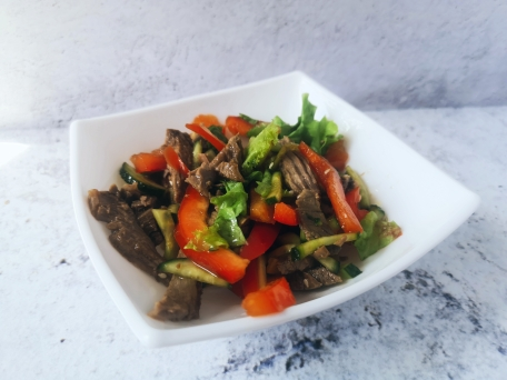 Салат с говядиной, овощами и свежей зеленью
