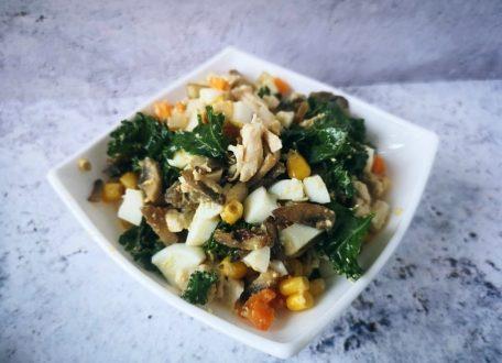Куриный салат с жареными шампиньонами и овощами