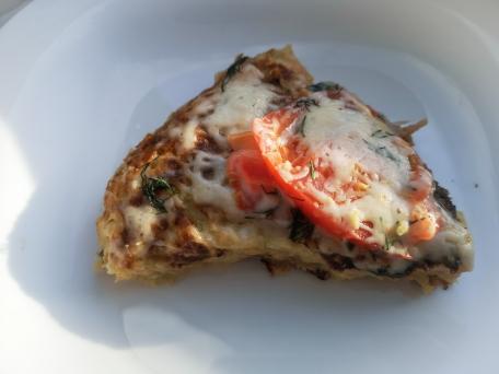 Домашняя пицца из кабачков с овощами и беконом