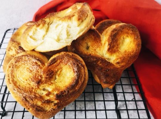 Московские сладкие булочки в форме сердца с сахаром