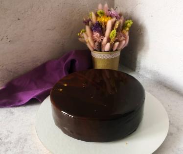 Муссовый торт Сникерс с карамелью, арахисом и ореховой намелакой