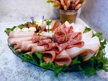 Колбасная нарезка с сыром и огурцом для праздничного стола