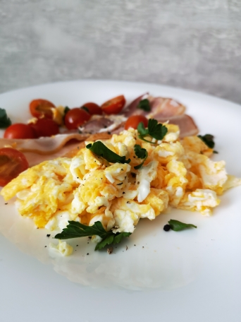 скрамбл с беконом на завтрак
