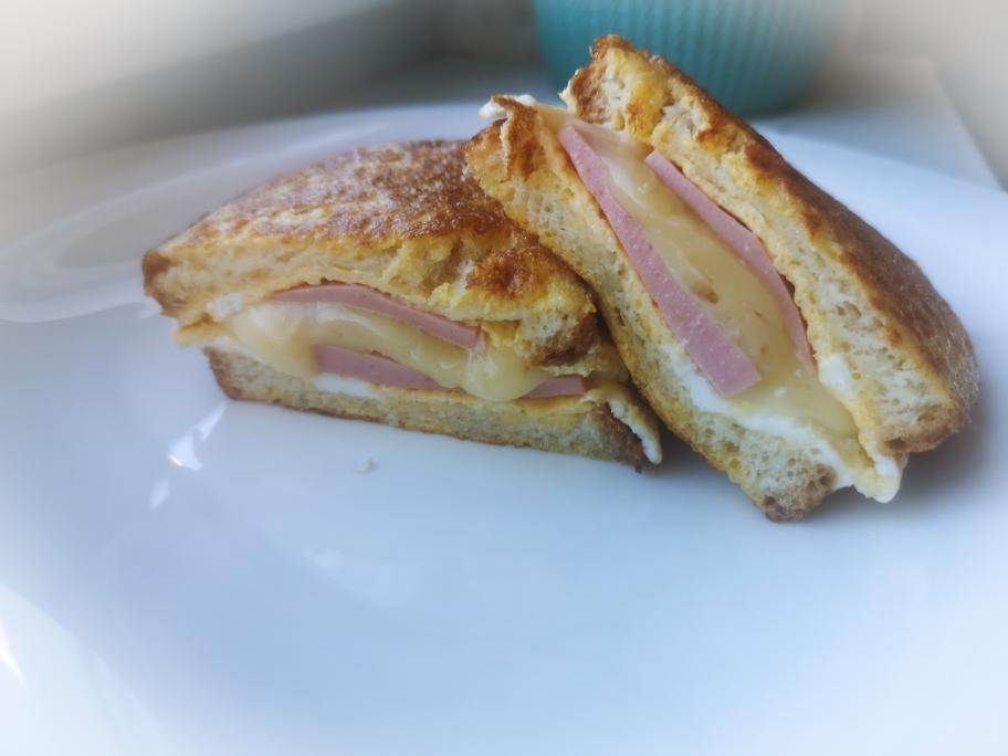 горячий бутерброд с колбасой и сыром на сковородке и с омлетом
