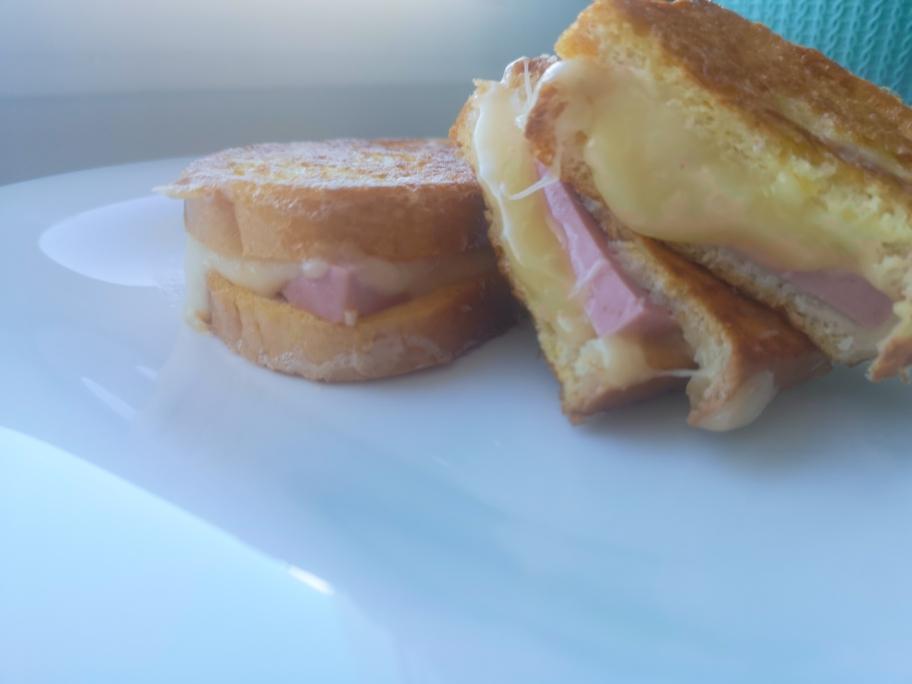 горячий бутерброд с колбасой и сыром на сковородке