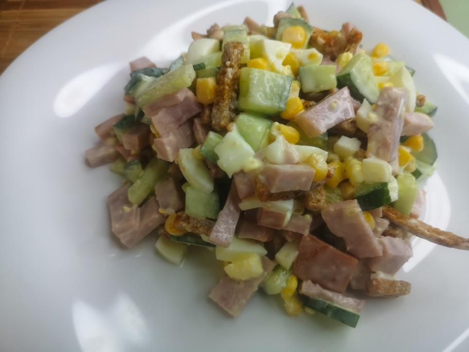 Быстрый и сытный салат с овощами на ужин с сухариками
