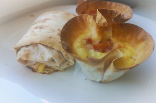завтрак из лаваша и омлета с колбасой